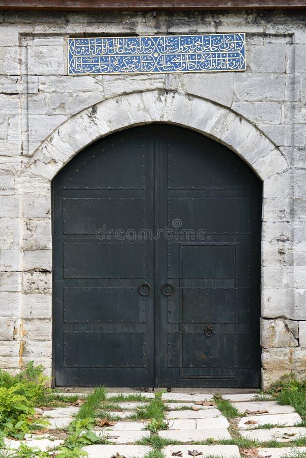 Vieille porte médiévale de pierre de château avec la trappe de fer image libre de droits