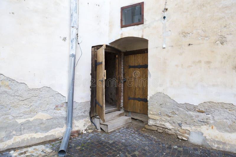 Vieille porte qui a accès au château de la forteresse de Fagaras images libres de droits