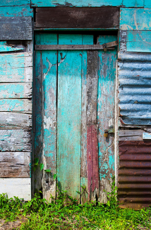 Vieille porte rocailleuse photo stock