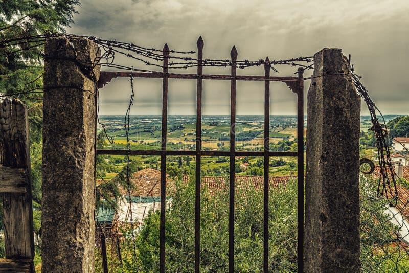 vieille porte rouillée dans les ruines images stock
