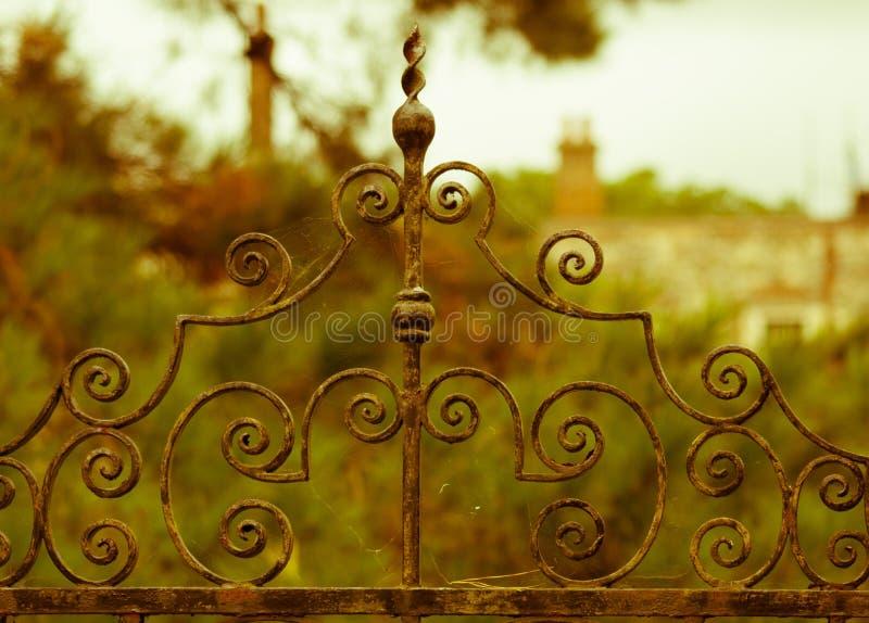 Vieille porte rouillée de fer travaillé devant le vieux manoir anglais photo libre de droits