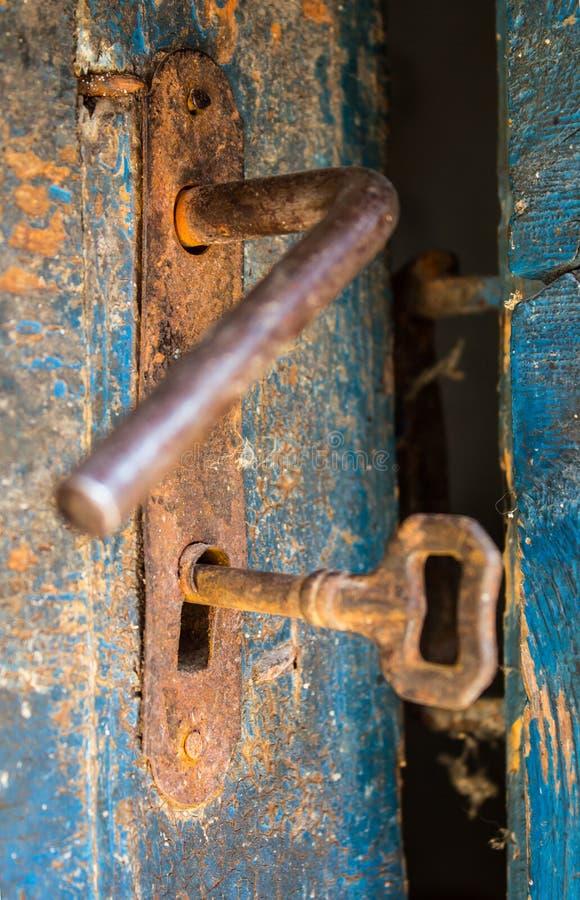 Vieille porte rustique ouverte avec la serrure rouillée, la clé et le trou de la serrure image stock