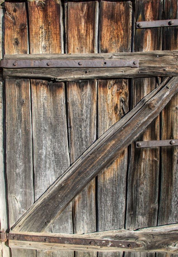 Vieille porte superficielle par les agents en bois de grange photographie stock
