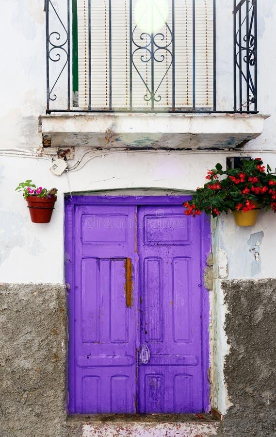 Vieille porte ultra-violette couleur pourpre photo libre de droits