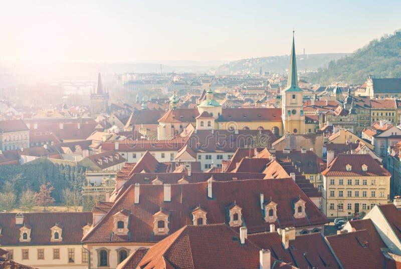 Vieille position européenne de ville au lever de soleil image stock