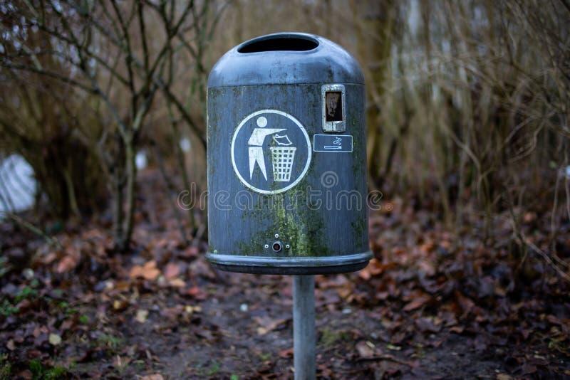 Vieille poubelle dans la région de Wilhelmshaven Wiesenhof photo libre de droits