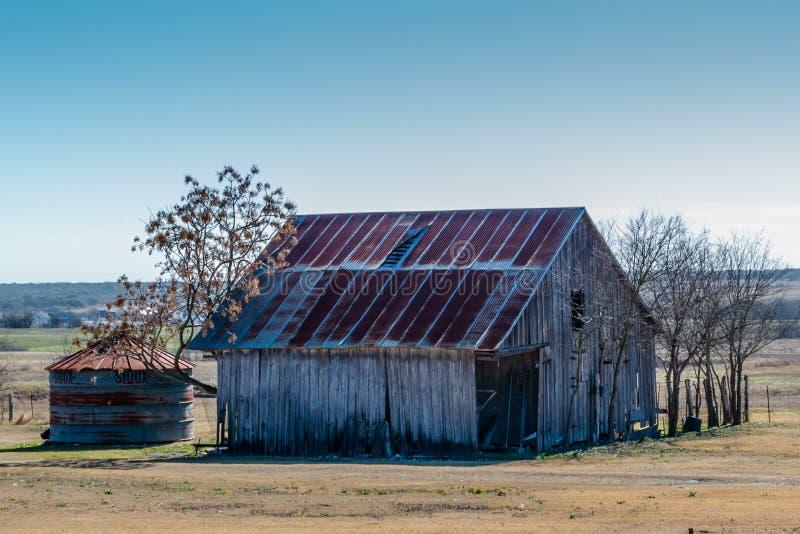Vieille poubelle de grange et de grain située dans Walburg le Texas image libre de droits