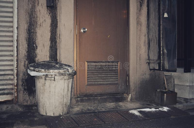 Vieille poubelle sale à Tokyo photos stock