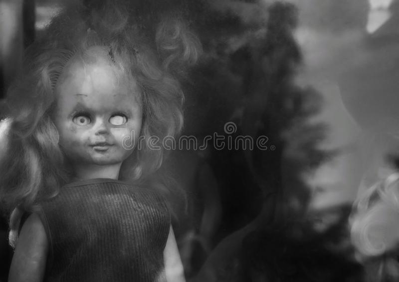 Vieille poupée jetée effrayante sans un oeil photos libres de droits