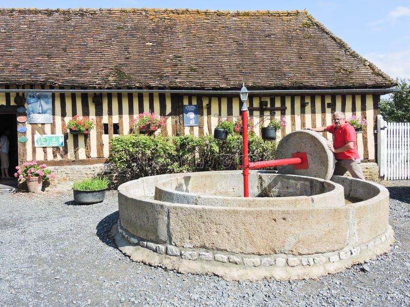 Vieille presse de pomme sur l'itinéraire de cidre de la Normandie images stock
