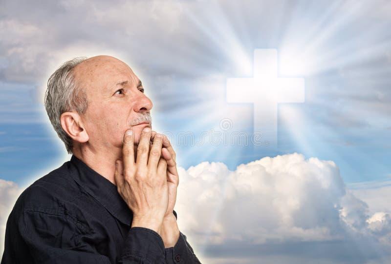Vieille prière d'homme photographie stock libre de droits