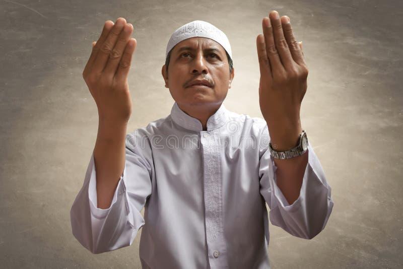 Vieille prière musulmane d'homme photos stock