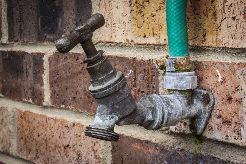 Vieille prise d'eau rouillée image stock