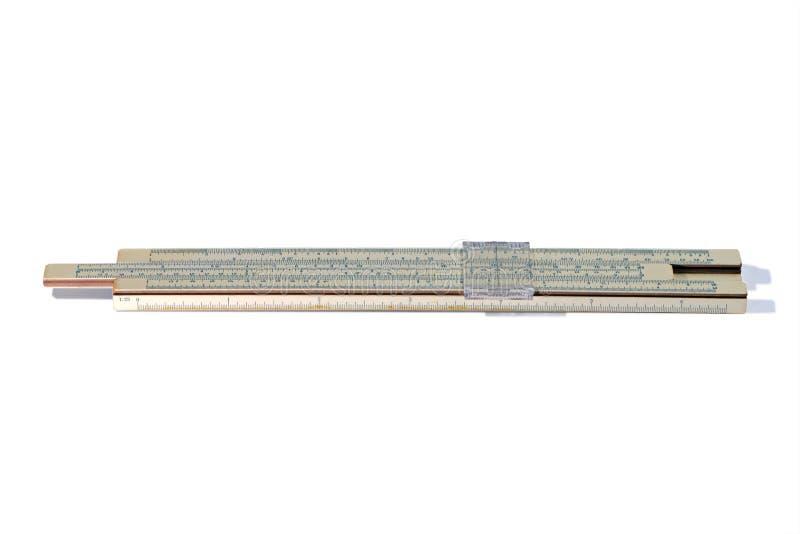 Vieille règle à calcul d'isolement sur le fond blanc Règle logarithmique de cru image stock
