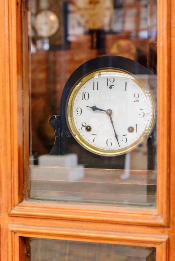 Vieille rétro horloge avec les chiffres romains derrière le verre image libre de droits