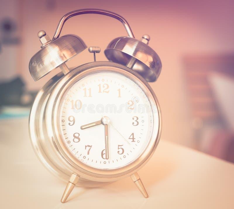 Vieille rétro horloge d'alarme image stock