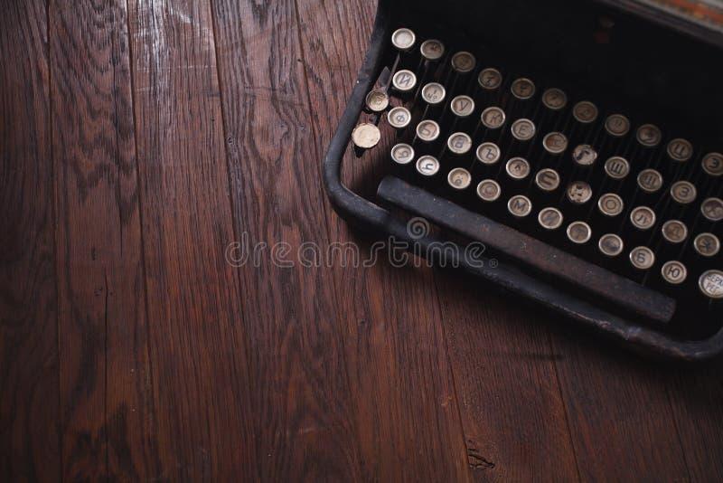 Vieille rétro machine à écrire de cru sur le conseil en bois photos libres de droits