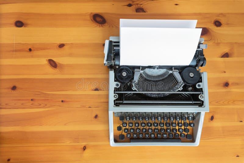 Vieille rétro machine à écrire sur le bureau en bois image stock