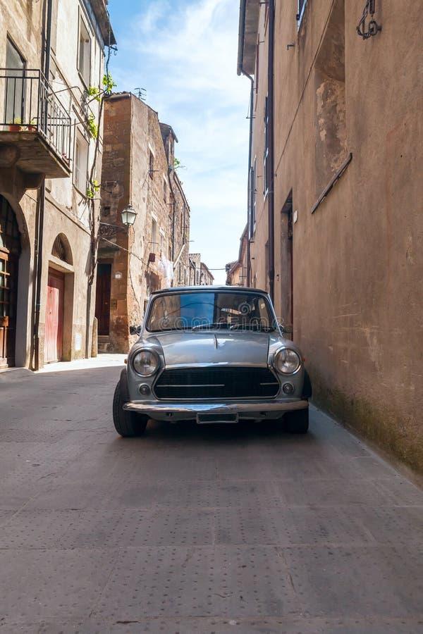 Vieille rétro voiture dans rues étroites de la ville photos stock