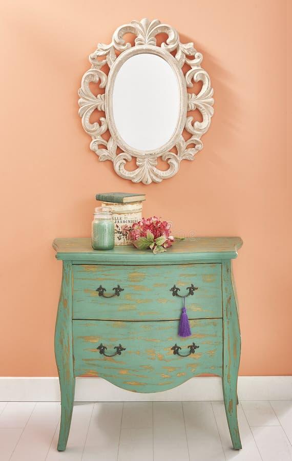 Vieille raboteuse classique avec le miroir gothique photo stock