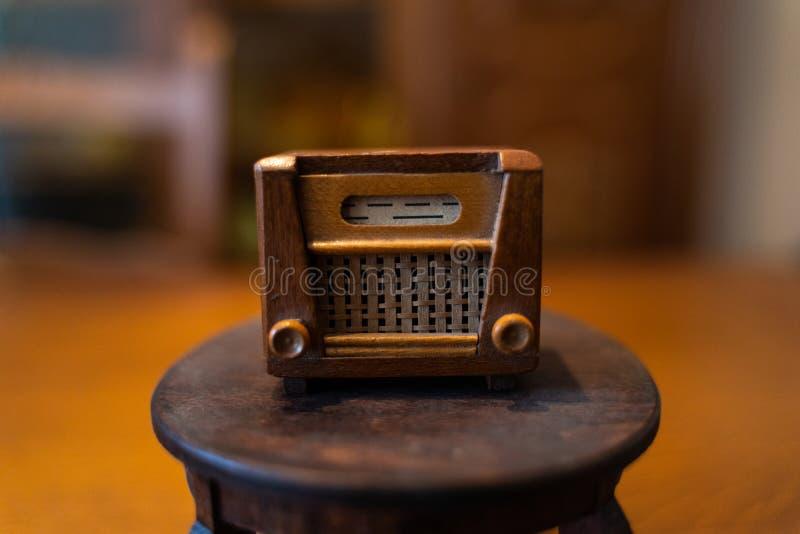 Vieille radio de maison de poupée images libres de droits