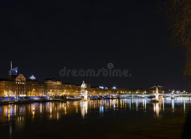 Vieille rive centrale de ville de Lyon de ville la nuit dans les Frances image libre de droits