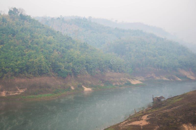 Vieille rive de maison dans le brouillard photos libres de droits