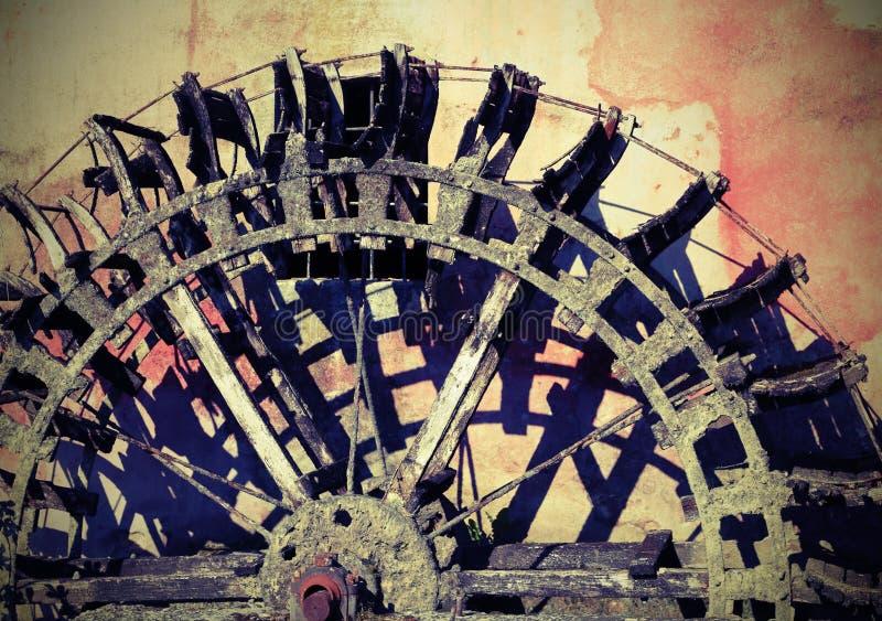 Vieille roue d'un vieux moulin à eau abandonné avec l'effet de vintage image libre de droits