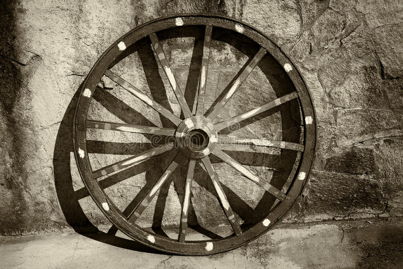 Vieille roue de chariot photos stock