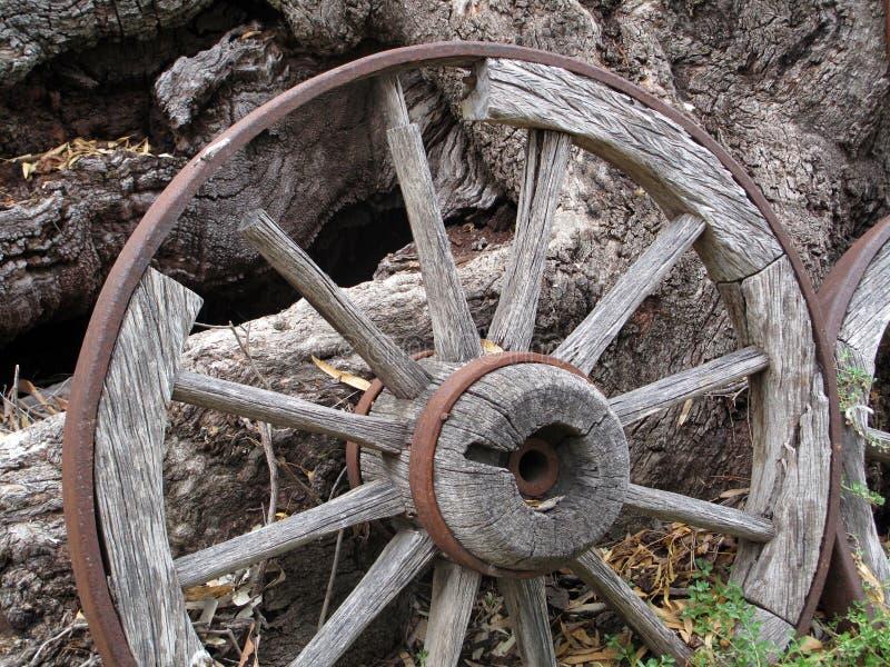 Vieille roue de chariot en bois photos libres de droits