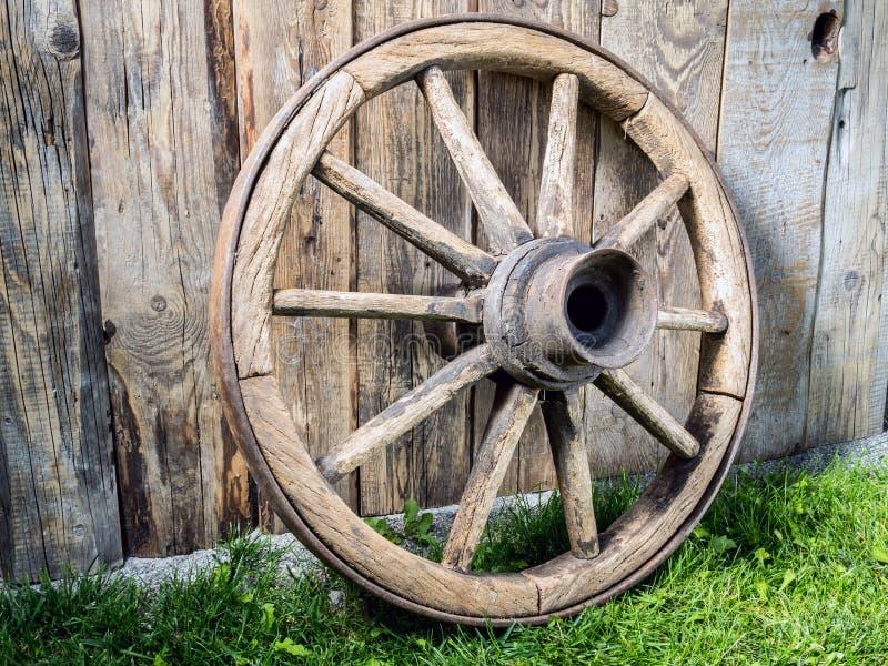 Vieille roue de chariot en bois photographie stock