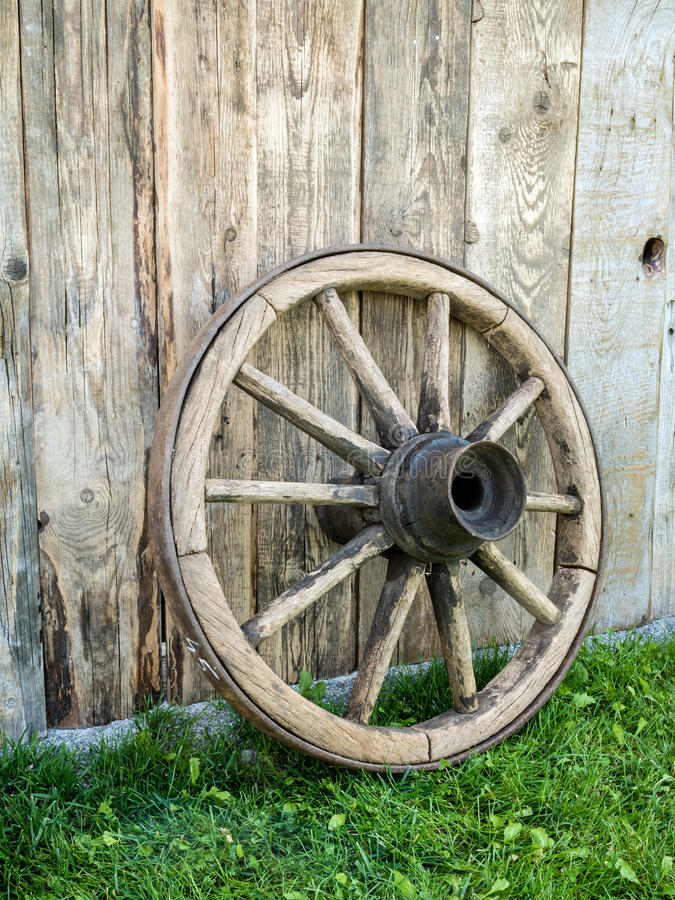 Vieille roue de chariot en bois image stock