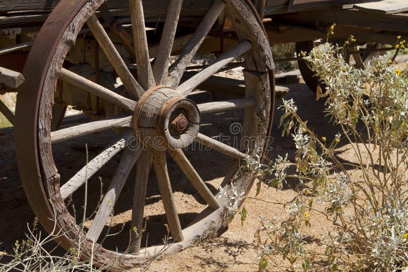 Vieille roue de chariot occidentale sauvage à l'ouest de cowboy de Ho image stock