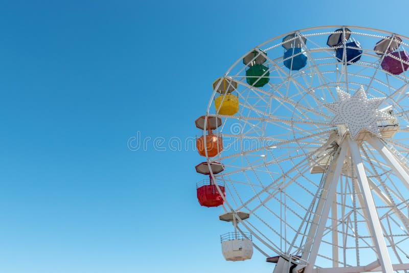 Vieille roue de ferris color?e sur le fond du ciel bleu photo stock