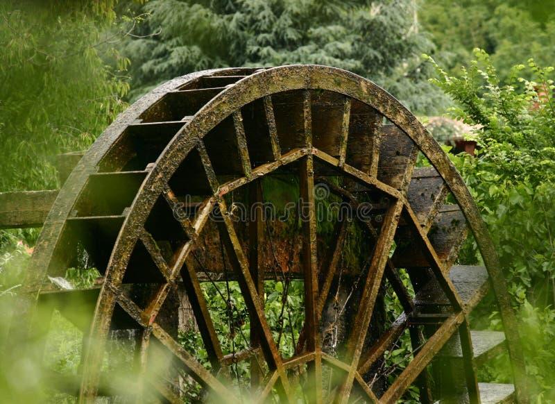 Vieille roue de moulin à eau photographie stock libre de droits