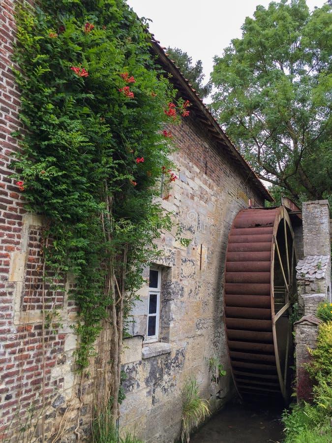 Vieille roue de moulin ? eau photo libre de droits