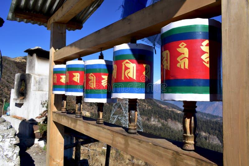 Vieille roue de prière tibétaine en bois au passage de La de Chele, Bhutan photos stock