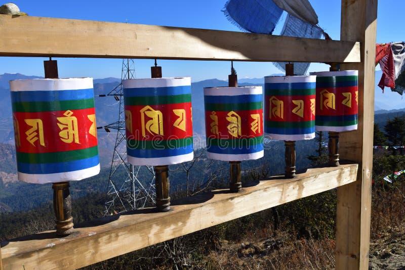 Vieille roue de prière tibétaine en bois au passage de La de Chele, Bhutan images libres de droits