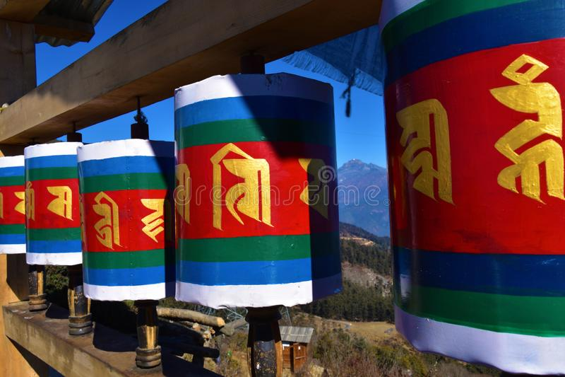 Vieille roue de prière tibétaine en bois au passage de La de Chele, Bhutan photographie stock libre de droits