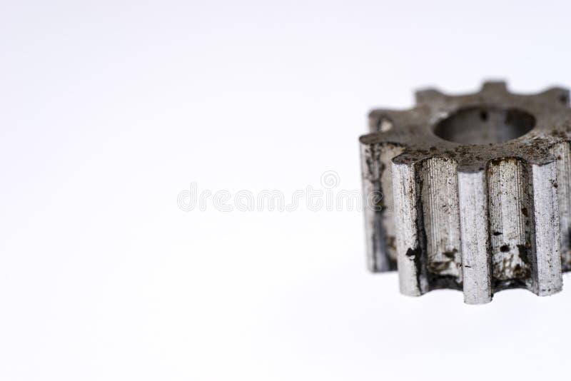Vieille roue de vitesse argentée en métal d'isolement photographie stock libre de droits