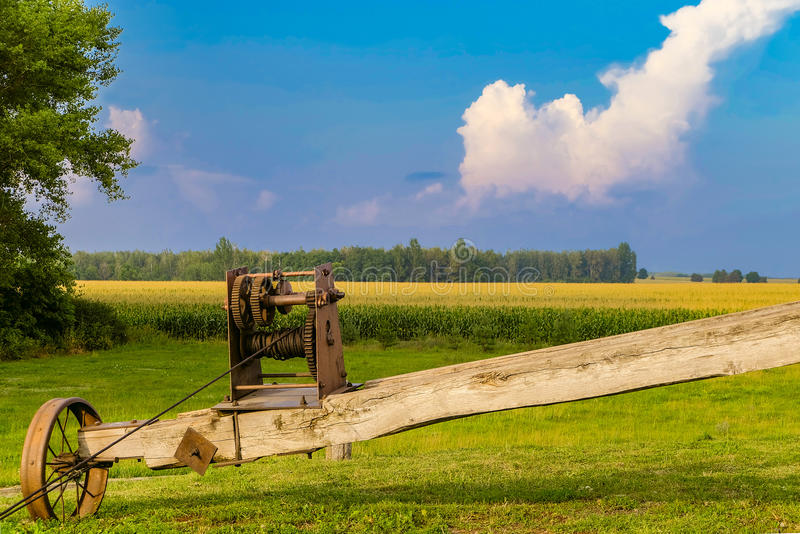 Vieille roue en acier sur la fin du tourné du mécanisme de rotation du moulin photos stock