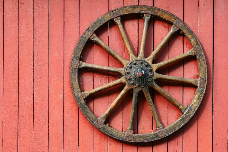 Vieille roue en bois photos stock