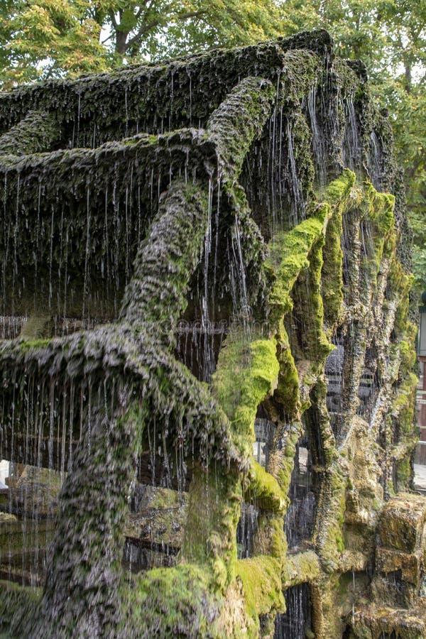 Vieille roue hydraulique sur la rivi?re Sorgue en vieille Lisle-sul-La-Sorgue de ville en Provence, France, moulin ? eau fran?ais photographie stock