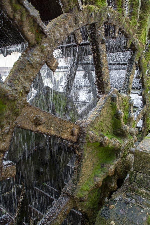Vieille roue hydraulique sur la rivi?re Sorgue en vieille Lisle-sul-La-Sorgue de ville en Provence, France, moulin ? eau fran?ais photo stock