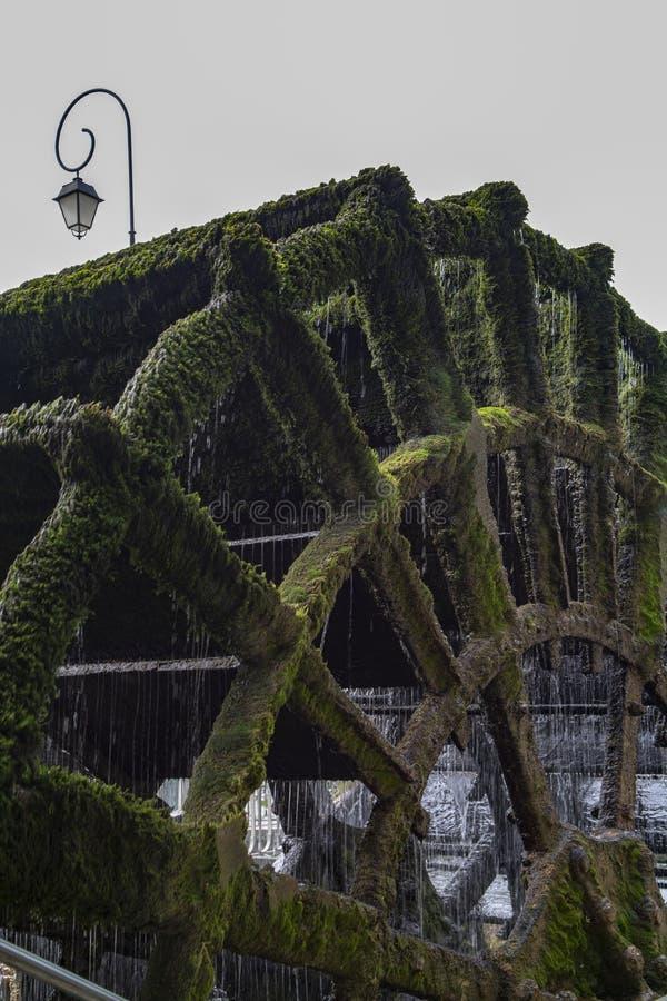 Vieille roue hydraulique sur la rivi?re Sorgue en vieille Lisle-sul-La-Sorgue de ville en Provence, France, moulin ? eau fran?ais photo libre de droits