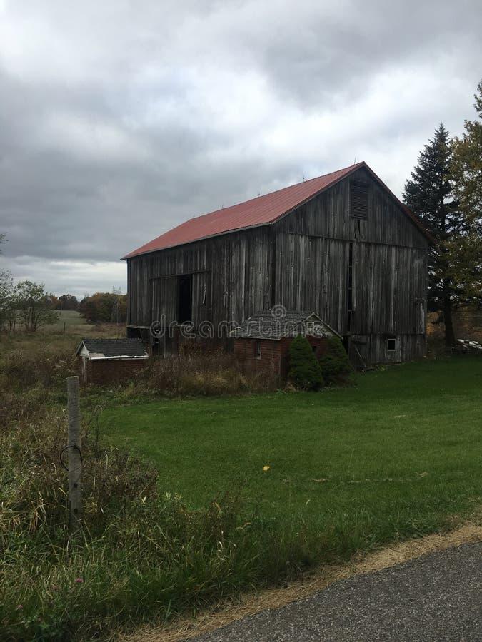 Vieille route de campagne de grange photo libre de droits