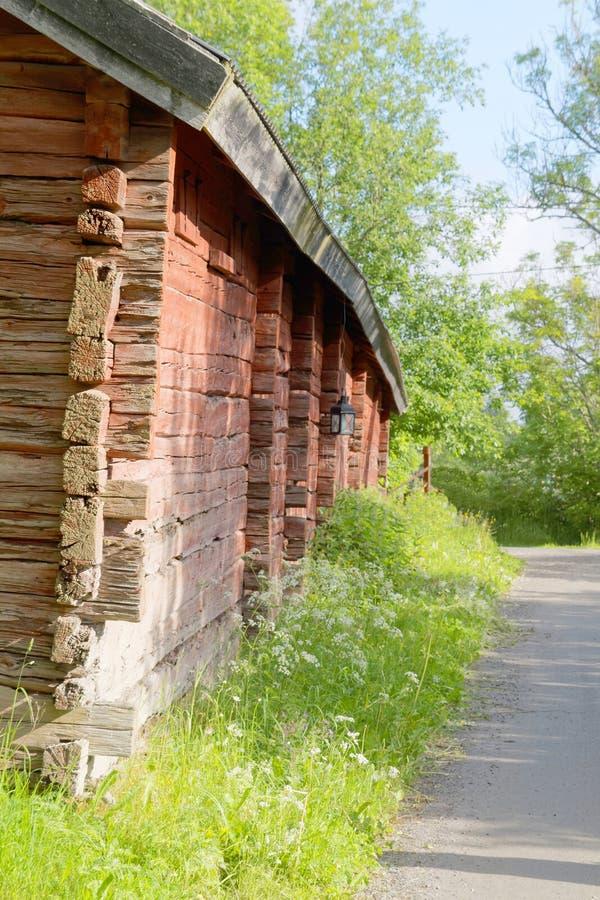 Vieille route en bois traditionnelle rouge de grange et de campagne photographie stock libre de droits