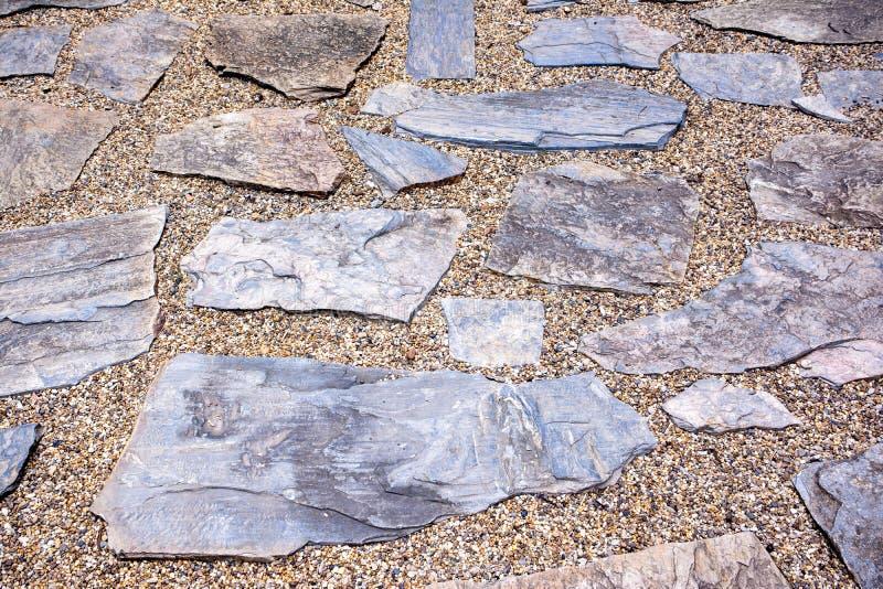 Vieille route pav?e avec des pierres de granit images stock