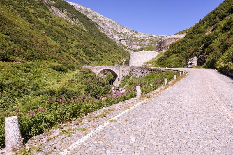 Vieille route qui mène au passage de St Gotthard photographie stock