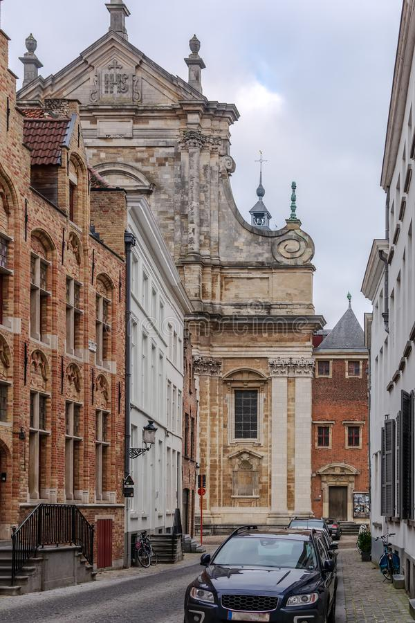 Vieille rue à Bruges avec la façade catholique de St Walburga Church à l'arrière-plan photos libres de droits